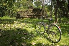 Исследуя древние храмы на велосипеде, Anuradhapura, Шри-Ланка Стоковая Фотография