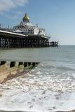 ИСТБОРН, SUSSEX/UK - 19-ОЕ ФЕВРАЛЯ: Взгляд пристани в Eastbo Стоковые Изображения RF