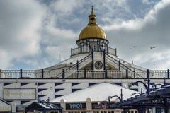 ИСТБОРН, SUSSEX/UK - 19-ОЕ ФЕВРАЛЯ: Взгляд пристани в Eastbo Стоковые Изображения