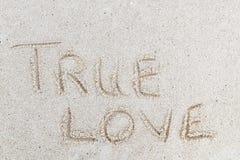 Истинное сообщение любов подписывает внутри песок стоковое изображение rf