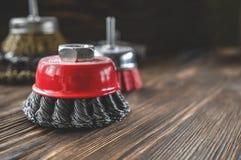 Истирательные инструменты для чистить древесину щеткой и давать ему текстуру Жесткие щетки на обработанной древесине скопируйте к стоковое фото rf