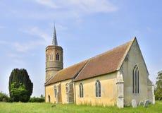 Историческая английская средневековая церковь с викторианским шпилем Стоковые Фотографии RF