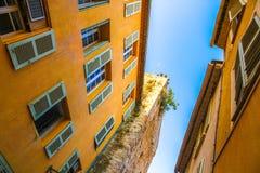 Историческая архитектура Frejus на солнечный день стоковое изображение