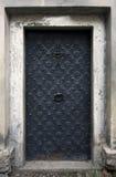 Историческая дверь дома Большая металлическая старая дверь Сельский элемент архитектуры входа Стоковое Фото