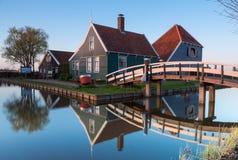 Историческая голландская деревня Zaanse Schaans на заходе солнца Стоковые Фотографии RF