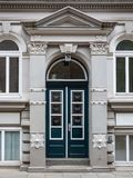 Историческая двойная сдобренная дверь с architrave стоковые фотографии rf