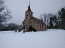 Историческая каменная церковь в снеге Стоковая Фотография RF