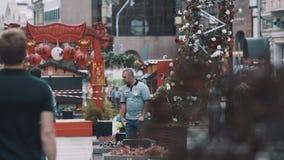 Историческая китайская красная деревянная структура на культурном фестивале в городе сток-видео