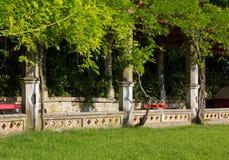 Историческая колоннада в парке Стоковое Изображение