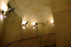 Историческая круглая винтовая лестница с освещением Стоковое фото RF