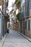 Историческая разбивочная улица, Guimaraes, Португалия Стоковое Изображение RF