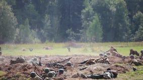 Историческая реконструкция Второй Мировой Войны Солдаты на поле битвы видеоматериал