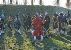 Историческая реконструкция сражения - солдаты воюя в груде стоковое фото rf
