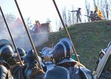 Историческая реконструкция сражения - солдат с щукой защищенной проводкой и шлемами стоковая фотография rf