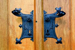 Историческая ручка двери Нанесённая черная ручка двери Стоковые Изображения RF