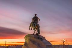 Историческая статуя памятника к Питеру 1, бронзовый наездник в Санкт-Петербурге на небе вечера захода солнца Стоковое Фото