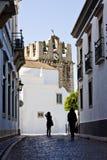 Историческая улица с туристами Стоковая Фотография