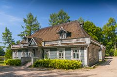 Историческая усадьба расположенная в датировка от 1845, самое старое здание парка дворца в городке Bialowieza, Польше стоковые фотографии rf