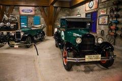 Исторические античные автомобили и мотоцилк на дисплее на музее Angkut Стоковые Фото