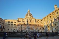 Исторические аркада & Фонтана Претория в Палермо, Италии стоковые изображения rf