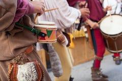 Исторические барабанщики одетые в старых одеждах Стоковое Фото