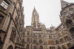 Исторические башни новой ратуши - Neues Rathaus- с готическими стенами стиля Стоковые Фото