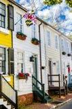 Исторические деревянные дома строки на солнечный день осени стоковые фото