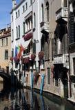 Исторические дома вдоль канала в Венеции, Италии стоковые фотографии rf