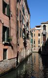 Исторические дома вдоль канала в Венеции, Италии стоковая фотография rf