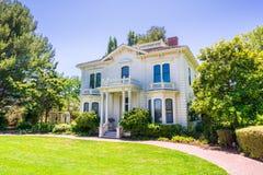 Исторические дом Rengstorff, озеро бечевник и парк, горный вид, Калифорния Стоковые Изображения RF