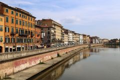 Исторические здания вдоль реки Арно в Пизе, Италии Стоковая Фотография RF