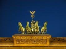 Исторические здания в скалистой вершине Берлина Brandenburger - воротах Brandeburg стоковое фото rf
