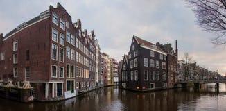 Исторические здания над каналами в старом городке Амстердама Нидерланды стоковая фотография