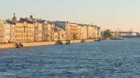 Исторические здания на обваловке дворца и реке Neva - Санкт-Петербурге, России Стоковое Изображение RF