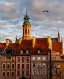 Исторические здания на рыночной площади старого городка с украшениями рождества в заходе солнца Варшава, Польша стоковое изображение
