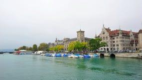 Исторические здания вдоль банка реки Limmat в Цюрихе Стоковая Фотография RF