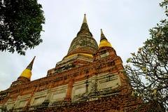 Исторические Stupa или Chedi виска Wat Yai Chai Mongkhon против облачного неба, археологических раскопок Ayutthaya, Таиланда стоковые фото