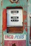 Исторический винтажный мотель обочины на старой трассе 66 приветствует старые автомобили и газовые насосы в Barstow Калифорнии стоковая фотография rf