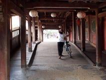 Исторический винтажный ретро малый узкий китайский японский мост в HOI-AN стоковые изображения rf