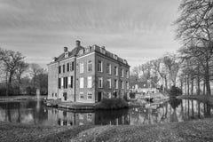 Исторический голландский замок расположенный в рове стоковая фотография