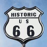 Исторический дорожный знак трассы 66 стоковая фотография