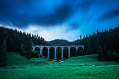 Исторический железнодорожный виадук около Telgart в Словакии стоковые фотографии rf