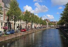 Исторический канал в Лейдене, Голландии стоковое изображение