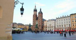 Исторический квартал Кракова, Польша - главным образом рыночная площадь - церковь St Mary сток-видео