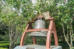 Исторический колокол бронзы подарка Франции Стоковое фото RF