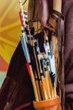 Исторический комплект старых деревянных стрелок с ярким оперением в крупном плане колчана Стоковое Изображение RF