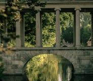 Исторический мост с штендерами и сводом стоковая фотография