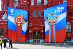 Исторический музей на красной площади украшенной знаменами дня победы Стоковое Изображение