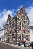 Исторический представительный особняк с красными и белыми штарками, Gorinchem, Нидерландами Стоковые Фотографии RF