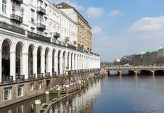 Исторический разбивочный Гамбург на towncanal Kleine Alster Стоковое Изображение RF